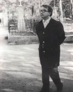 10. В.Гаврилин на Литературных мостках. Волково кладбище. Май 1990г.