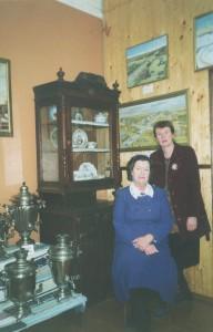 Директор Л.Г.Путникова и наследница рода Зубовых Н.В.Лукина  историческом зале музея, 2001г.